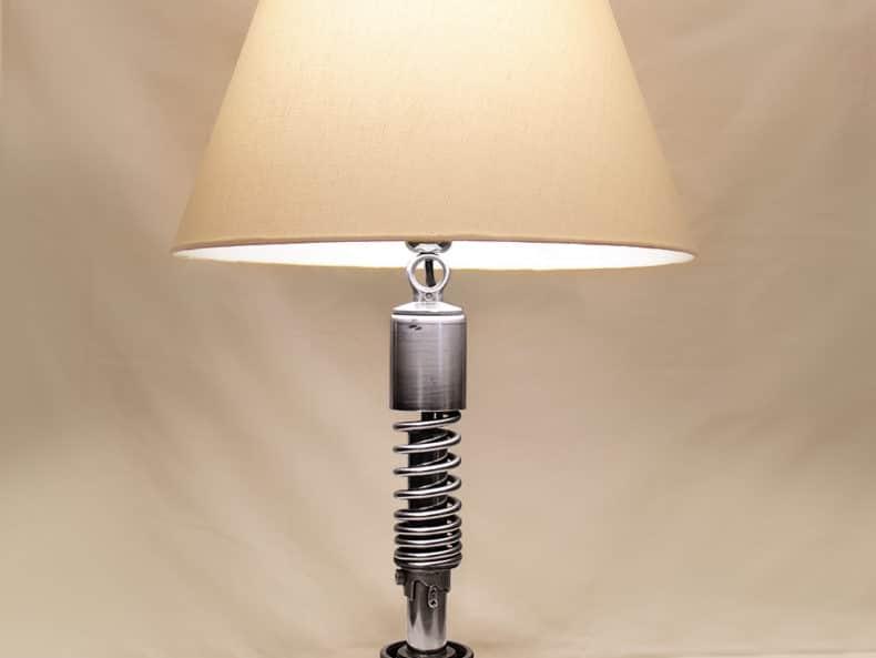Lampe aus alten Motorradteilen