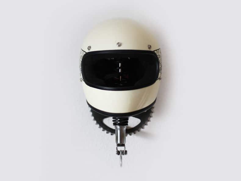 Dekorative Garderobe mit Helmhalter aus alten Motorradteilen