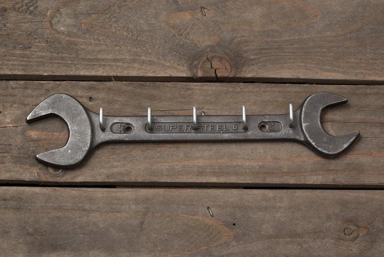 Schlüsselbrett aus einem alten Schraubenschlüssel