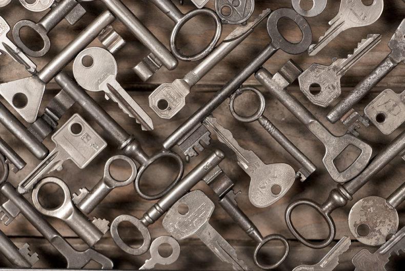 Dekoratives Schlüsselbrett aus alten Schlüsseln