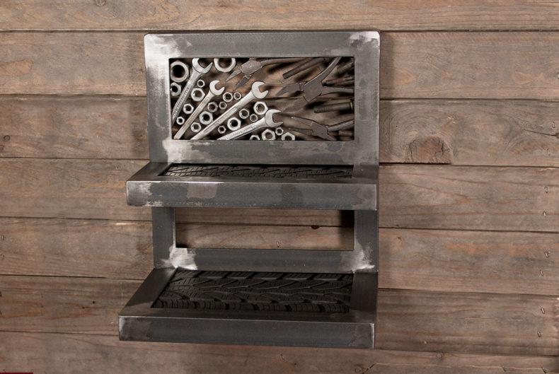 Schlüsselbrett aus alten Werkzeugen mit Ablagen aus Reifen