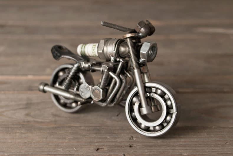 Motorradmodell aus einer alten Zündkerze - Kawasaki Zephyr 1100