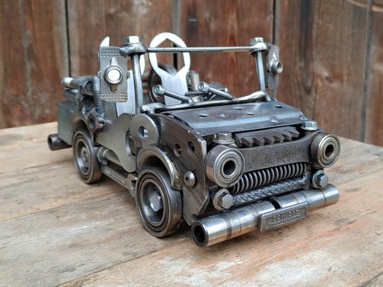 Auto-Modell aus Schrott