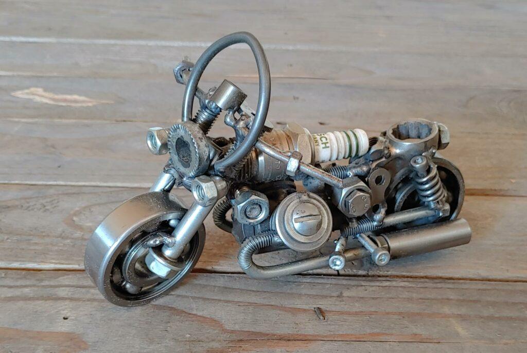 Motorrad-Modell aus Schrott